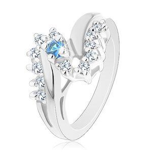 Prsten ve stříbrném odstínu, zahnutá ramena, zirkony čiré a světle modré barvy - Velikost: 49