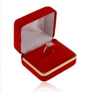 Sametová krabička na prsten, hladký povrch červené barvy, pás ve zlatém odstínu
